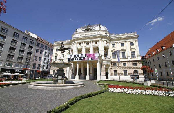 Hviezdoslav-torget och Ganymedesfontäne