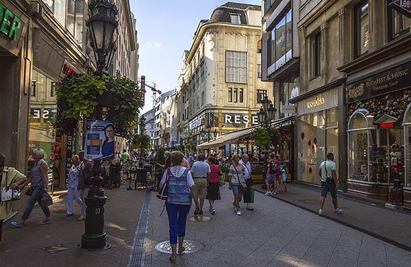Shoppinggata i centrala Budapest