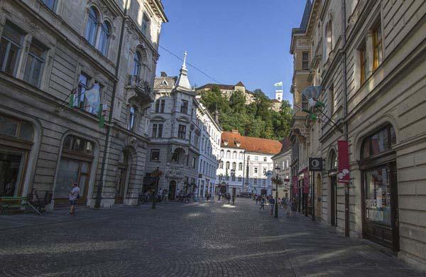 Mestni-torget, Robbov-fontänen och stadshuset