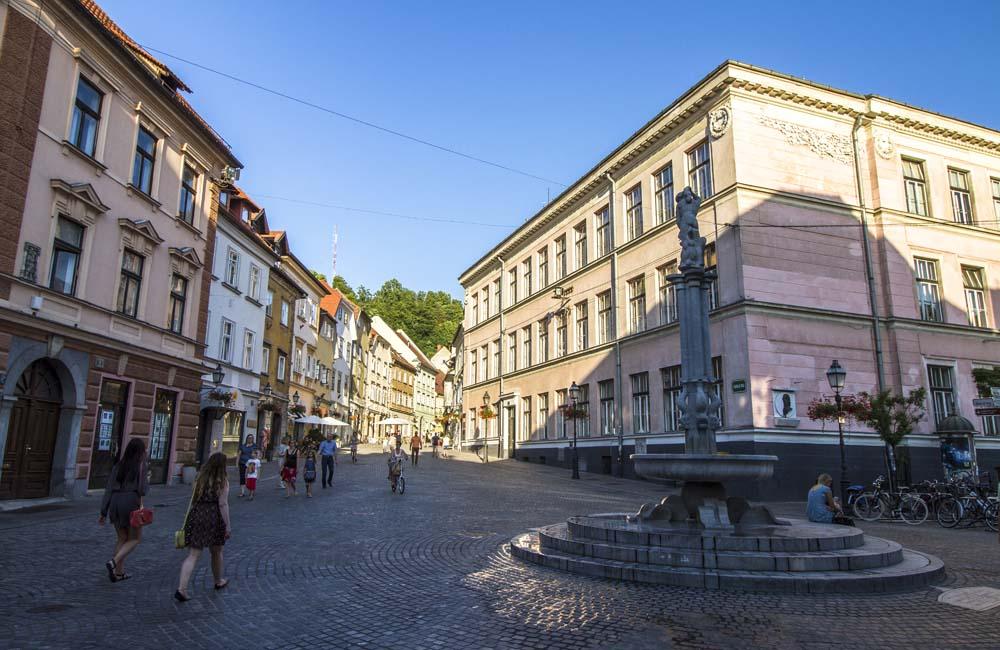 Levstikov-torget med fontän
