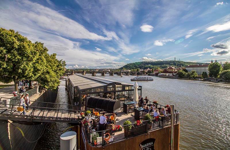 Italiensk restaurang vid Mánesův-bron i Prag