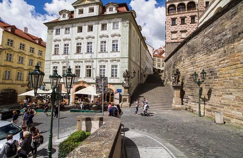 Hradcany-torget och trappan upp till Toskánský-palatset