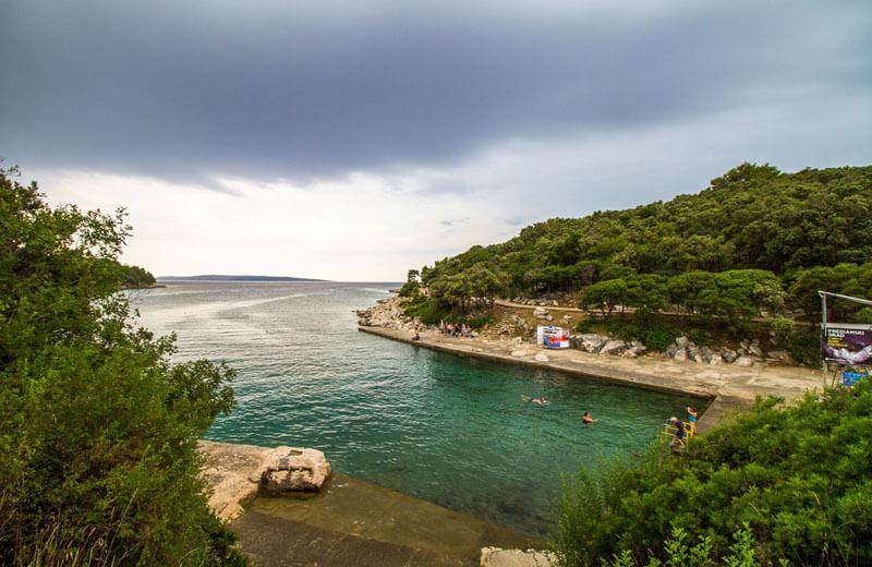 Gamla hamnen i badviken vid Suha Punta