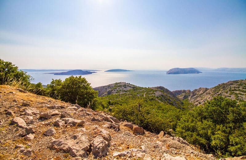 Utsikt från kustvägen på kroatiska fastlandet