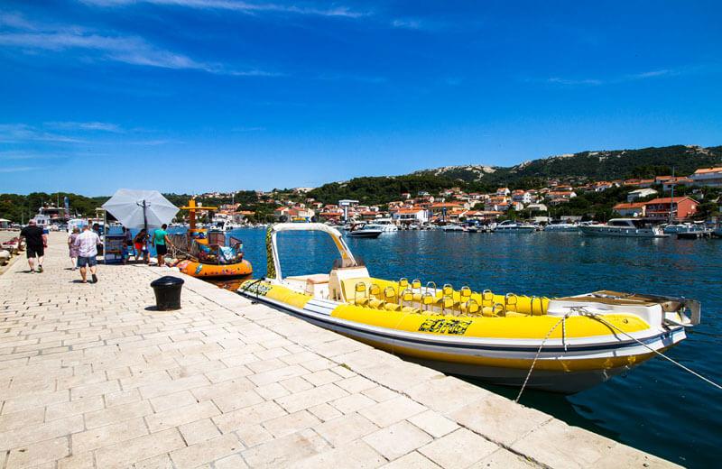 Hamnpromenaden med båtuthyrning i Rab