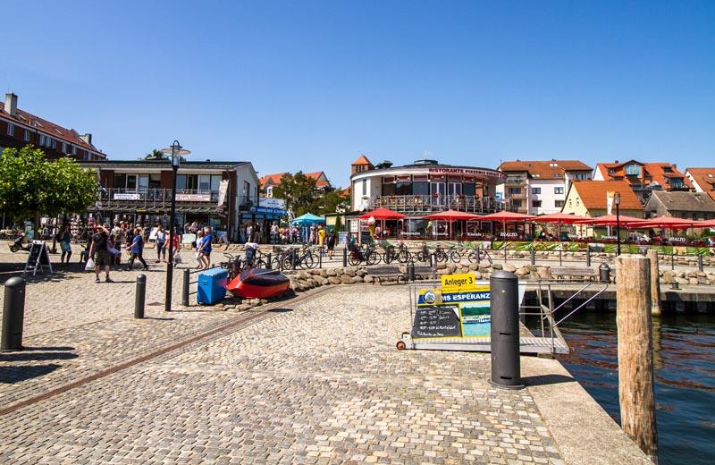 Hamnen med de många restaurangerna och serveringarna i Waren